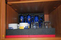 Die Tassen- und Gläserblocks sichern passgenau zerbrechliche Gläser und Tassen im Dachstaukasten. (Foto: det / D.C.I.)