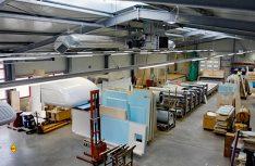 """Das Selbstverständnis von Tischer ist gekennzeichnet durch präzise und fachmännische Qualitätsarbeit von Hand. Mithilfe modernster Technik werden hier hochwertige Absetzkabinen """"Made in Germany"""" hergestellt. (Foto: Tischer)"""