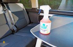"""Mit """"Polster-Teppich-Sauber"""" stellt Cleanofant einen speziellen Reiniger für Polster, Teppiche, Sitze, Stoffe, Velours, Alcantara und weitere Textilien vor. (Foto: det / D.C.I.)"""