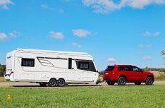 Der Nova S 620 überzeugt mit tadellosen Nachlaufeigenschaften hinter dem Jeep Cherokee. (Foto: sis / D.C.I.)