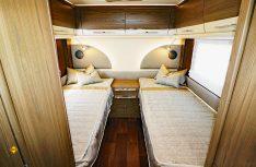 Mittels Schiebetüren abteilbares Heck-Schlafzimmer mit großen Liegeflächen komfortablen Matratzen und umlaufenden Hängeschränken. (Foto: sis / D.C.I.)