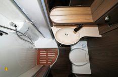 Funktionaler Sanitärraum, dessen Einteilung mit separat abteilbarer Dusche inklusive Brausearmatur und praktischen Klapptüren keine Wünsche offen lässt. (Foto: sis / D.C.I.)