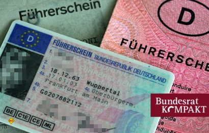 Alte Papierführerscheine müssen bis 2030 auf EU-Führerschein im Plastikkarten-Format umgetauscht werden. (Foto: Bundesrat / Panther-Media Oliver Berg)