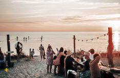 """Tofta: In der """"Surflogiet"""" treffen sich abends Camper und Wellenreiter zu Live-Konzerte am Strand. (Foto: Gotland_ferry©Linda Runarsdottir)"""