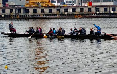 """Es geht wieder los: Die """"Hobby Dragons"""" vom Reisemobil- und Caravanhersteller aus Fockbek sind mit ihrem Drachenboot auf der Obereider unterwegs. (Foto: Hobby)"""
