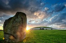Newgrange ist ein großes jungsteinzeitliches Hügelgrab in der irischen Grafschaft Meath am Fluss Boyne. (Foto: Ireland Tourism)