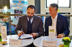 Spannender Moment: Der Partnerschaftsvertrag wird auf der ITB Berlin 2019 unterzeichnet. (Foto: det / D.C.I.)