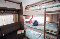 Familienfreundliche Wohnwagen-Grundrisse mit Hochbetten und sogar abgetrenntem Kinderbereich zum Spielen und Malen gibt es an Bord. (Foto: LMC)