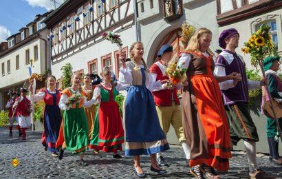 """Mit einem farbenprächtigen Schutzengelfest beginnt das historische Volksschauspiel """"Die Schutzfrau von Münnerstadt"""". (Foto: Christine Schikora)"""
