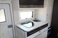 Kompakte aber funktionelle Küche und Schubladenkühlschrank. (Foto: sis / D.C.I.)