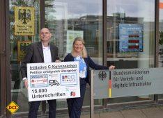 Die Petition der C-Kennzeichen-Initiative konnte nun erfolgreich beim BMVI in Bonn übergeben werden. (v.l.: Thomas Schmies vom C-Team; Ministerialdirigentin Anke Leue; Foto: det/DCI))