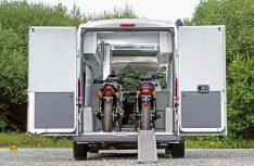 Der Jumper Solution Classic bitet PLatz für zwei Motorräder, die mit einer eingebauten Laderampe und einer Seilwinde verladen werden. (Foto: Werk)