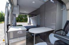 Aufstelldach und das Doppelbett aus den seitlich klappbaren Betteilen unten ermöglichen vier Schlafplätze. (Foto: Werk)