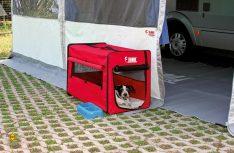 Eine klappbare Hundehütte sorgt für einen Rückzugsort des Hundes. (Foto: Movera)