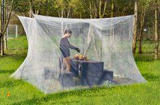 Das Infactory Moskitonetz ist in Kastenform ausgelegt und garantiert volle Stehhöhe unter dem Netz. (Foto: Werk)
