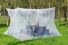 Durch die XXl-Ausmaße des Infactory-Moskitonetzes kann an problemlos ganze Sitzgruppen schützen. (Foto: Werk)