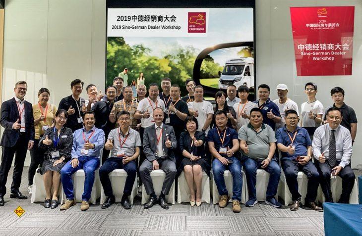 Auf der asiatischen Leitmesse für Caravaning AIC 2019 in Peking präsentierte Kai Dhonau als Präsident des Deutschen Caravaning Handels-Verbandes DCHV das Konzept des deutschen Caravaning-Fachhandels und seines Fachverbandes. Hier das Gruppenfoto. (Foto: DCHV)
