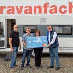 Hobby-Kunde gewinnt Wohnwagen – Gewinnübergabe bei Händler Siemon in Leipzig