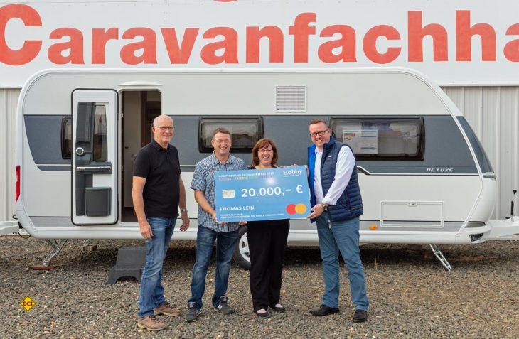 Scheckübergabe beim Hobby-Händler Siemon in Schkeuditz: Das Ehepaar Lein (mitte) freut sich über den Gewinn des Hobby Caravans. (Foto: Hobby)