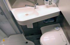 Komfortabler Waschraum: Handwaschbecken, Ablagen und die Banktoilette. (Foto: alf)