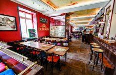 Burger und Beer im stylischen Oxford Pub in Karlsruhe. (Foto: Holidu)