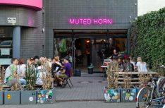 The Muted Horn, eine Bar in Berlin-Neukölln, die in erster Linie amerikanisches, englisches und kanadisches Craft Beer im Sortiment hat. (Foto: Holidu)