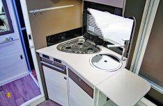 Große Küche mit viel Arbeitsplatz und Stauraum, (Foto: det/D.C.I.)