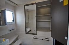 Prima: Der riesige Kleiderschrank ist hinter Spiegeln versteckt.(Foto: det/D.C.I.)