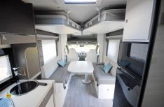 Die Hub-Einzelbetten sind unter der Decke. Viel Platz Raum ensteht für die Sitzgruppe. (Foto: det/D.C.I.)
