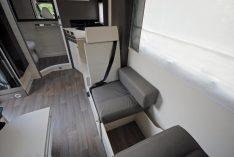 Clevere Lösung: Zwei eingetragenen Sitzplätze lassen sich währendder Fahrt aus den Sitzbänken einrichten. (Foto: alf)