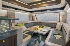 Die riesige C-Lounge des Prestige 720 WQC für bis zu acht Personen im Bugbereich. (Foto: Werk)