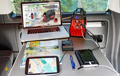 Die Revolt Powerbank HSG-800 kann vier USB-Verbraucher und je ein 12 und 230 Volt-Geräte mit Strom versorgen. und lässt sich umweltfreundlich mit Solarstrom laden. (Foto: det / D.C.I.)