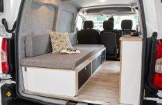 Alpin Camper realisiert den Peugeot Partner Ausbau mit einer Längssitzbank und schmaler Küchenzeile. (Foto: Werk)