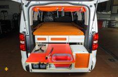Für den schnellen Road-Trip hat Irmscher in den Peugeot Partner Traveller eine Multifunktionsbox iBox eingebaut. (Foto: Werk)