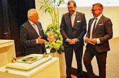 20 Jahre Autohof-Guide: Herausgeber Erhard Göhrum (links) wurde standesgemäß mit einer Torte von den Huss-Verlag-Geschäftführern Rainer Langhammer (mitte) und Bert Brandenburg (rechts) geehrt. (Foto: det / D.C.I.)