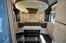 Innovative Idee: Chausson baut ein Queensbett als Hubbett und ermöglicht dadurch einen riesigen Badbereich im Fahrzeug. (Foto: det /D.C.I.)