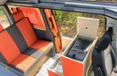 Der Küchenblock aus Echtholzmöbel hinter dem Fahrersitz. (Foto: Vanufaktur)