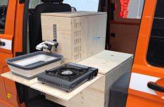 Der Küchenblock aufgeklappt: Spüle Kompressor-Kühlbox und Waschbecken. (Foto: Vanufaktur)