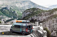 Die Studie Boxer 4x4 Concept von Peugeot hat ein Kanu und eine e-Montainbike an Bord. (Foto: Peugeot)