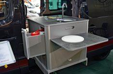 Der Clou: Ein ausziehbarer Küchenblock, der portabel auf dem Schienensystem des Renault befestigt ist. (Foto: det / D.C.I.)