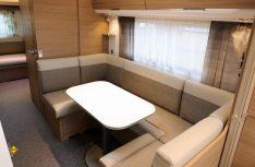 Die seitliche U-Sitzgruppe überzeugt mit guten Platzverhältnissen und viel Bequemlichkeit. (Foto: sis / D.C.I.)