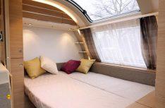 Quer eingebautes Doppelbett im Bug mit tollem Ausblick und komfortablen Matratzen. (Foto: sis / D.C.I.)