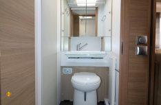Das Ergo-Bad mit Schwenk-WC und Klappwaschbecken überzeugt. Die separate Dusche liegt gegenüber. (Foto: sis / D.C.I.)