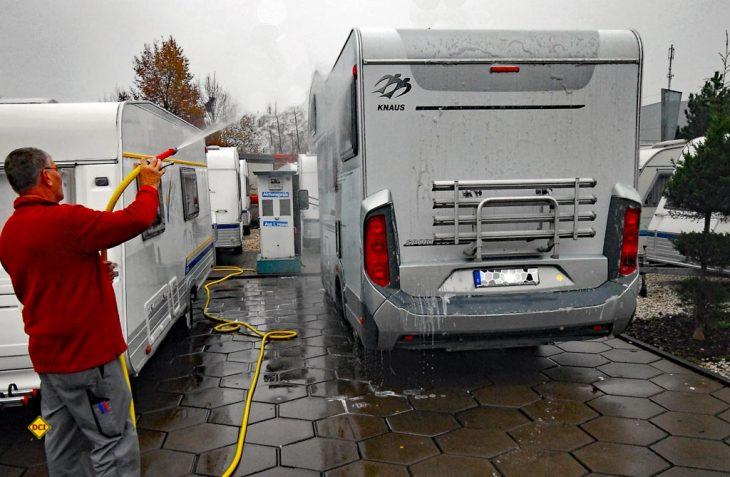 Mit einer gründlichen Reinigung und Pflege innen und außen können Wohnmobil und Caravan beruhigt überwintern. (Foto: det / D.C.I.)