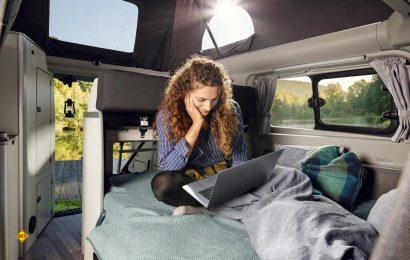 WLAN für unterwegs: Der Ford Transit Custom Nugget kommt jetzt mit High-Speed-Internetverbindung für bis zu zehn Endgeräte. (Foto: obs/Ford-Werke GmbH)