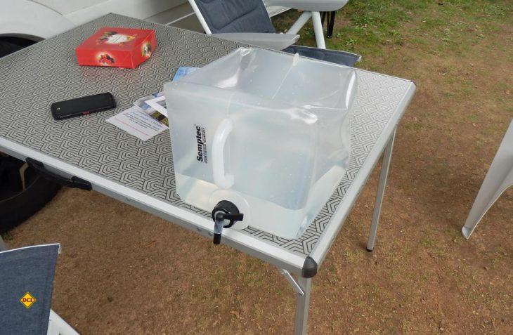 Platzsparend, leicht, robust und praktisch stellt sich der faltbare Frischwasser-Kanister mit 20 Liter Inhalt von Semptec Urban Survival Technology für verschiedene Anwendungen dar. (Foto: det / D.C.I.)