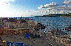 Strand von Ksamil, man wartet im Mai noch auf Gäste. (Foto: thw / D.C.I.)