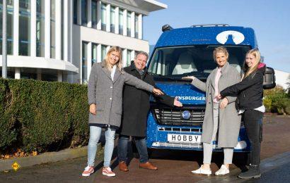 Hobby übergibt den Van im Flens-Design an die Flensburger Brauerei. (Foto: Hobby)