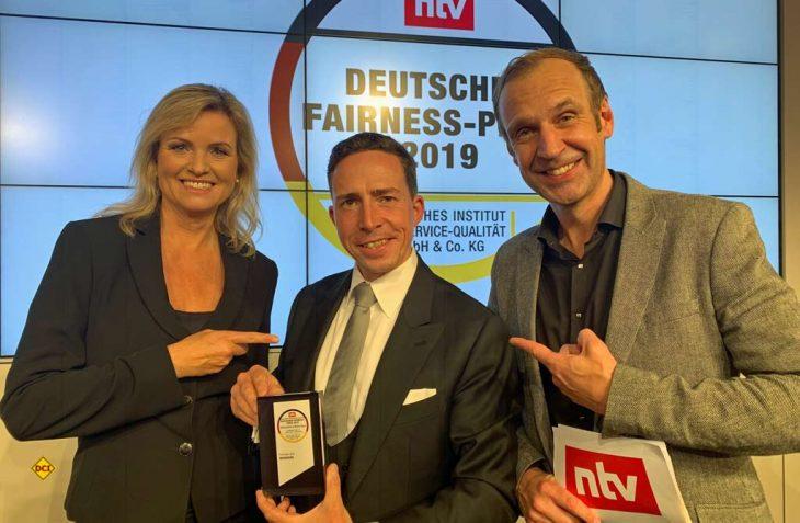 Weinsberg Produktmanager Florian Hopp (mitte) durfte in der Bertelsmann‐Repräsentanz in Berlin den Deutschen Fairness‐Preis 2019 entgegennehmen. (Foto: Knaus Tabbert)