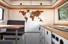 Blick ins Heck mit Sitzgruppe und Küchenzeile. (Foto: Polygon Shelter)